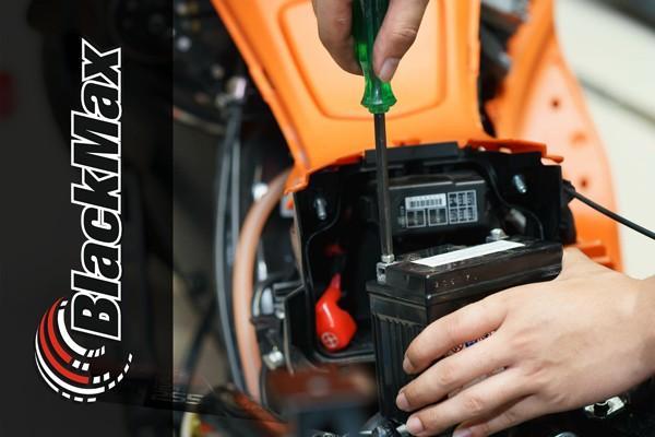BlackMax_Motorradbatterie_wird_verbaut